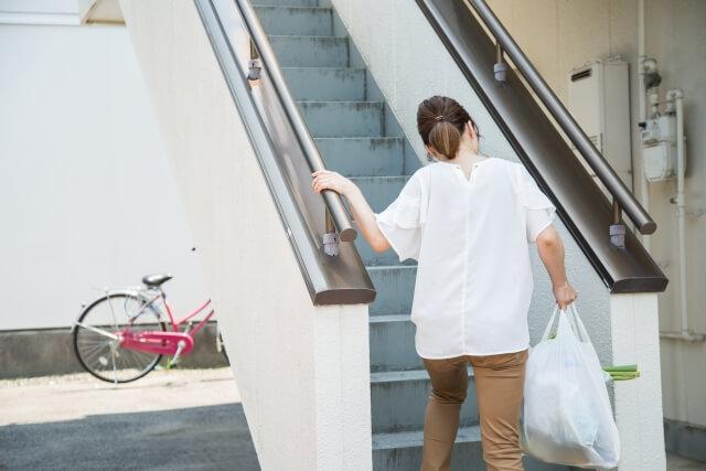 買い物しているところで重い袋持ってる