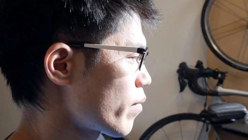 通常のメガネをかけて横顔を撮影