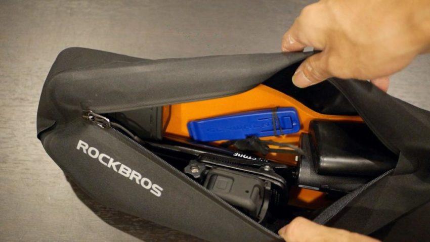 ROCKBROSのフレームバッグにアイテムを収納した後のスペース